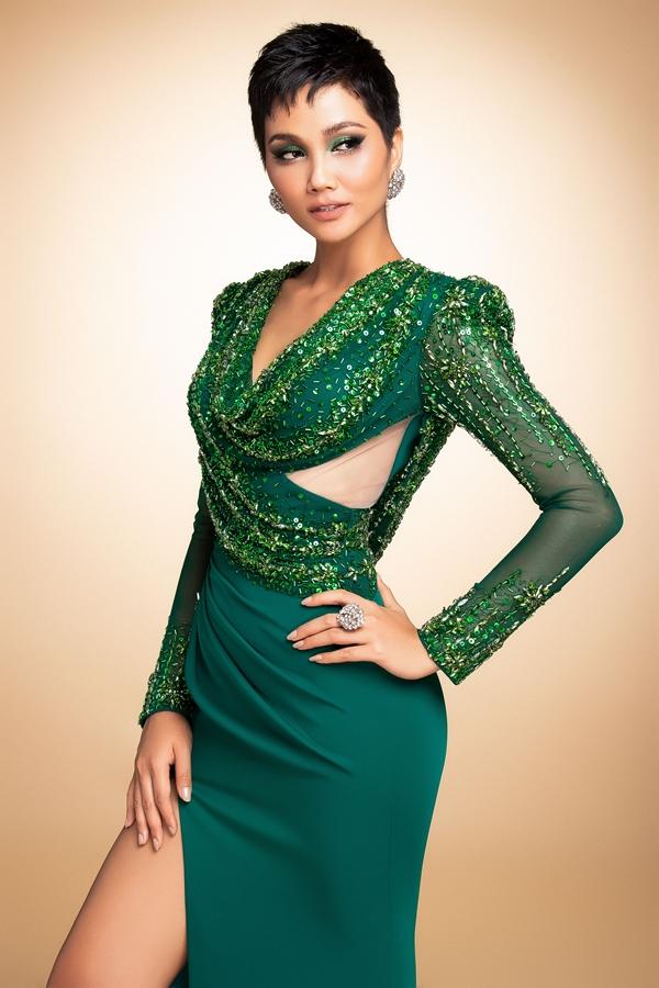 HHen Niê mang đầm dạ hội phối áo dài đến Miss Universe - 7