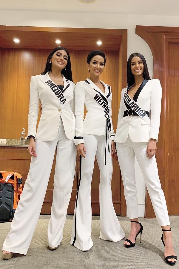 HHen Niê bên cạnh thí sinh Venezuela (trái) và Nam Phi (phải) trong phần thi phỏng vấn sáng 13/12.
