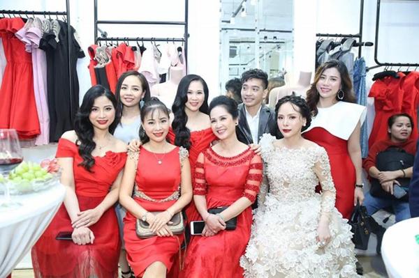 Dàn khách mời tham dự sự kiện chọn trang phục màu đỏ nổi bật.
