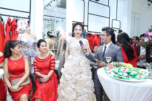 Á hậu Ngọc Quỳnh gửi lời chúc mừng tới người bạn là NTK Lê Hoàng Hải. Tôi ngưỡng mộ tài năng và niềm đam mê thời trang, sự sáng tạo không giới hạn của nhà thiết kế Lê Hoàng Hải, người đẹp nói .Cô cũng chia sẻ thêm, bản thân thường chọn trang phục từ nhà thiết kế Việt Nam thay vì các thương hiệu nổi tiếng thế giới.