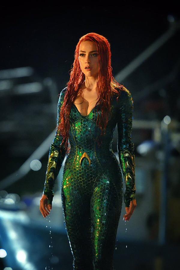 Trong khoảnh khắc đầu tiên hiện diện trong phim, Amber Heard gợi nhắc hình ảnh được yêu thích của chính mình trong bom tấn Justice League (Liên minh công lý) trình chiếu năm ngoái, với mái tóc đỏ và bộ đồ mỹ nhân ngư màu xanh ngọc bích. Trang phục bó sát và khoét sâu ngực tôn lên vòng 1 nở nang cùng những đường cong đầy mê hoặc của minh tinh 32 tuổi. Tuy nhiên theo lời cô chia sẻ, bộ đồ được hút chân không gần như dính chặt vào cơ thể khiến cô di chuyển và hoạt động rất khó khăn.