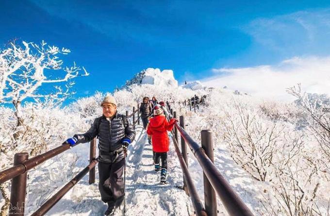 Du khách cần trang bị dụng cụ leo núi tuyết chuyên dụng như giày, gậy chống để tránh tình trạng trơn trượt. Đường lên núi có bậc thang nhưng khá nguy hiểm khi được phủ lớp tuyết dày.