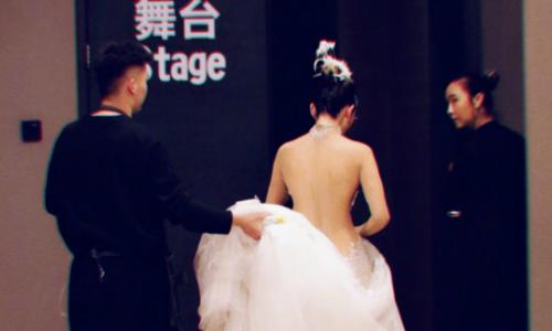 """Ngôi sao 60 tuổi """"Mai Siêu Phong"""" lưng nuột như thiếu nữ"""