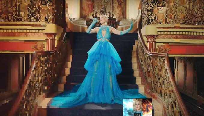 Sau các kiểu jumpsuit tạo khối cầu vai, trang phục da beo cá tính từng thực hiện cho Katy Perrylà mẫu váy xanh lấp lánh với đường cut-out ấn tượng.