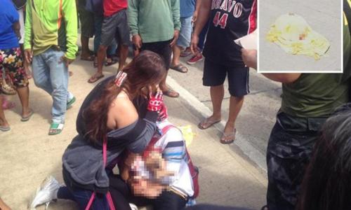 Mẹ trùm khăn cho con khi đi xe máy khiến bé tử vong