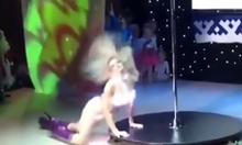 Vũ công múa cột quằn quại trên sân khấu tài năng trẻ em