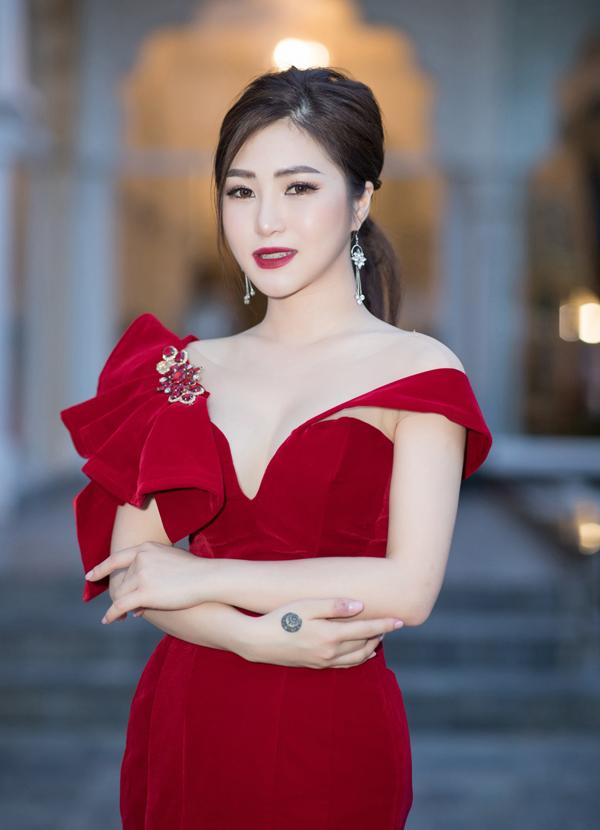 Quán quân The Voice mùa đầu tiên bật mí có mời một số nghệ sĩ nổi tiếng tham gia liveshow Hộp thư số 1 của cô. Tuy nhiên, Hương Tràm quyết định giữ kín danh tính của dàn khách mời để tạo yếu tố bất ngờ cho đêm nhạc.