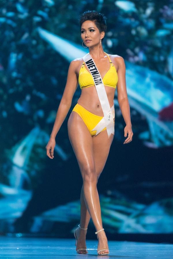 Ở phần thi bikini, HHen khoe vẻ đẹp hình thể săn chắc, làn da nâu nóng bỏng. Cô có số đo83-60-97 cùng chiều cao 1,72m.