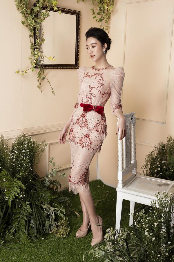 Góp phần tạo nên sự duyên dáng và quyến rũ cho các thiết kế dạ tiệc là phần thể hiện của người đẹp Hà Thu.