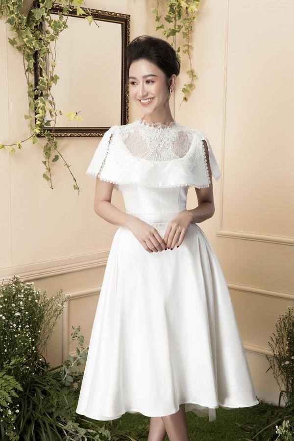Năm bắt được nhu cầu thích chọn trang phục gợi cảm và tôn vẻ đẹp hình thể, Đỗ Long liên tục khai thác dáng váy ngắn mang tính tiện dụng cao.