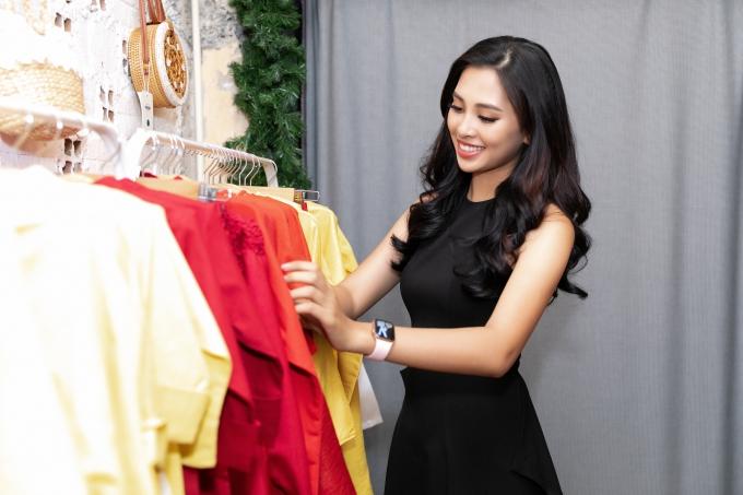 Hoa hậu Tiểu Vy tất bật thử đồ chuẩn bị diễn vedette