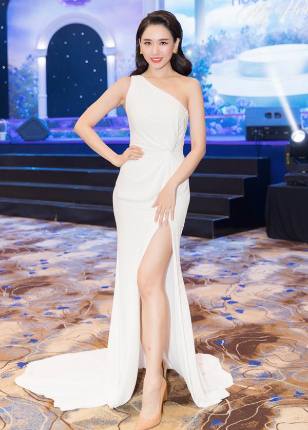 Hari Won là đại sứ của chiến dịch làm đẹp mang tên Cách mạng nhan sắc tổ chức tại TP HCM. Ca sĩ Hàn Quốc mặc váy lệch vai, xẻ vạt cao, khoe vóc dáng gợi cảm, thần thái hút hồn.