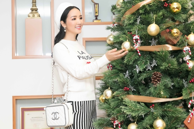 Hoa hậu Giáng My khoe nhan sắc không tuổi với 'cây' Chanel