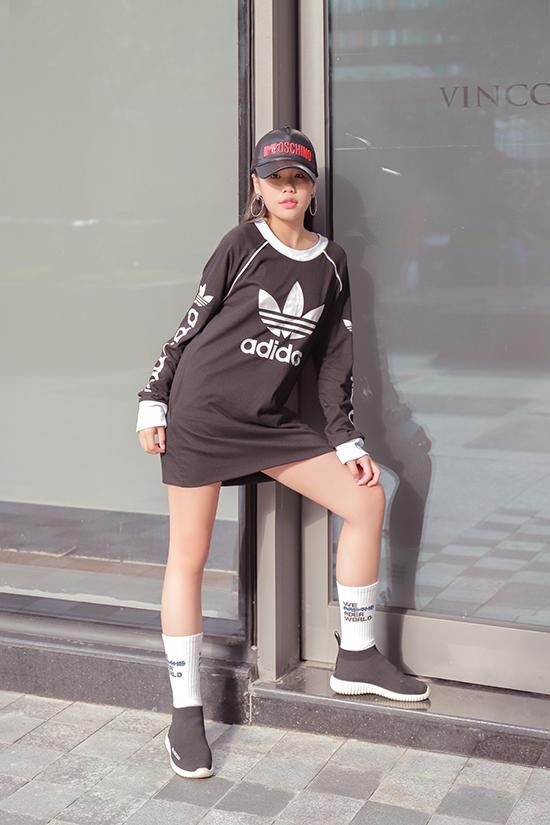 Xu hướng sporty chic vẫn được ưa chuộng, vì thế bộ sưu tập còn giới thiệu nhiều mẫu trang phục hay cách mix đồ theo style này.