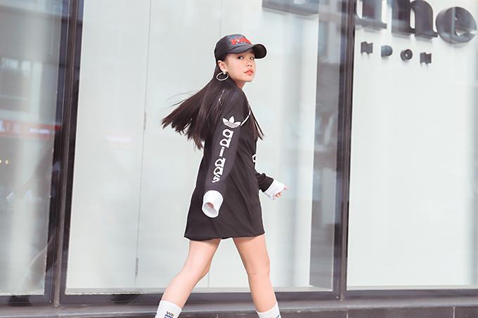 Bộ ảnh được thực hiện với sự hỗ trợ của nhiếp ảnh Nguyễn Du, stylist Phương Phương, trang phục Thanh Huỳnh, trang điểm Huy Nguyễn, người mẫu Candy Nhật Vy.