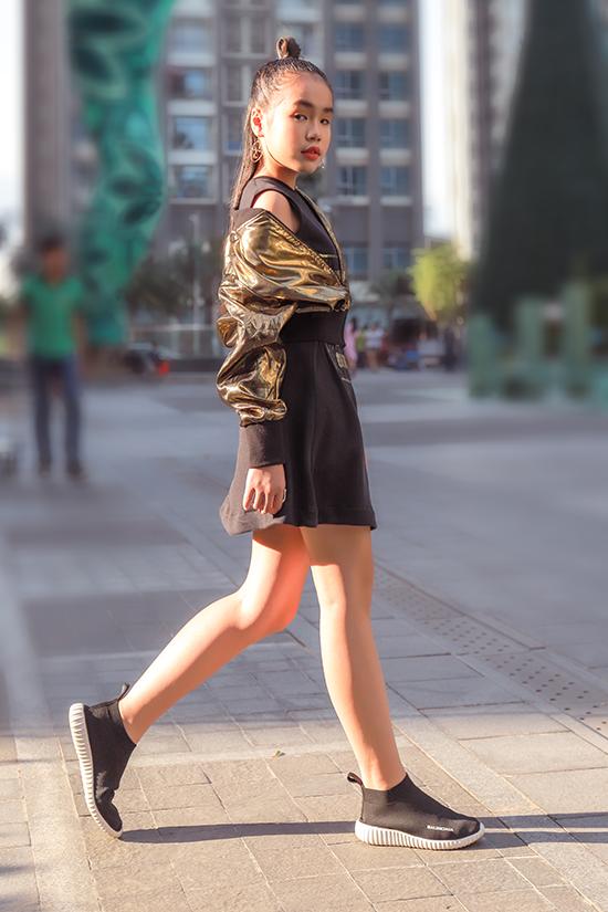 Trước cơn sốt vải sequins, vải metalic, nhà thiết kế Thanh Huỳnh cũng nhanh chóng cập nhật chất liệu hot trend cho bộ sưu tập mùa lễ hội và mừng tết Tây.