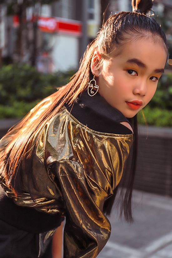 Nhà mốt Việt dùng chất liệu hot trend một cách linh hoạt với mong muốn giúp dòng thời trang thiếu nhi cũng không thể thiếu yếu tố hợp mùa và hợp mốt.
