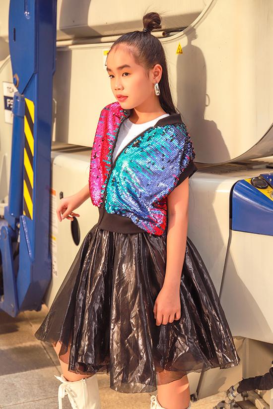 Vải metalic ánh đồng, vải sequins nhiều sắc màu được sử dụng để mang tới các mẫu áo bomber, áo khoác sát nách kiểu dáng khoẻ khoắn.
