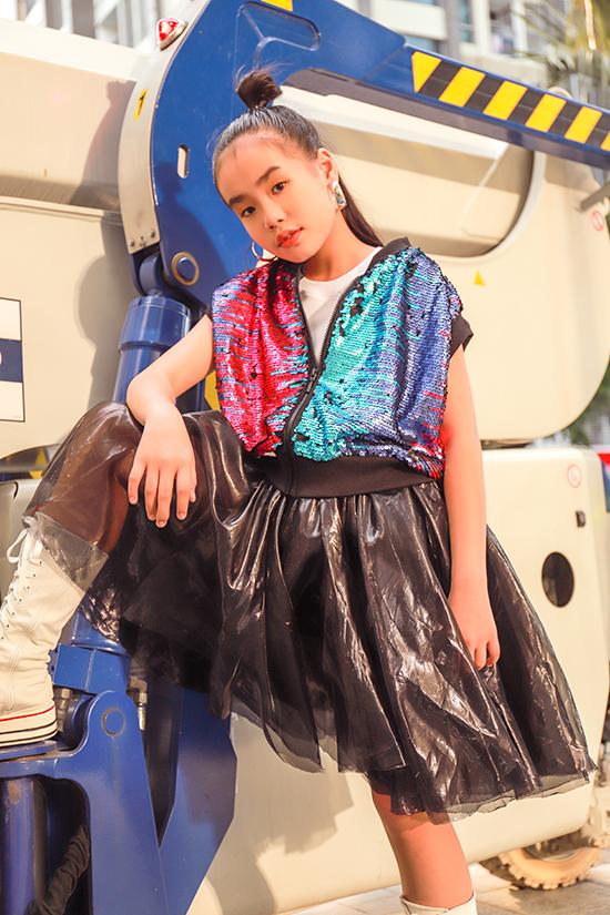 Trang phục đi chơi ở mùa lễ hội cho các bé gái được tạo điểm nhấn bằng phong cách năng động, thoải mái và bắt mắt bởi cách phối hợp chất liệu.