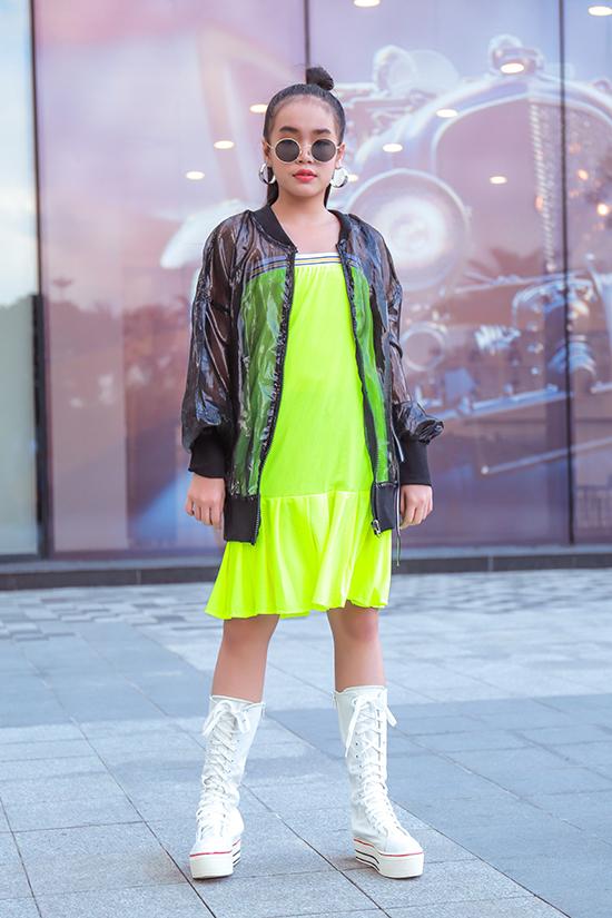 Ngoài vải sequins, nhà thiết kế còn dùng các chất liệu vải màu neol, vải trong suốt, vải bóng để tăng sức hút cho từng mẫu trang phục.