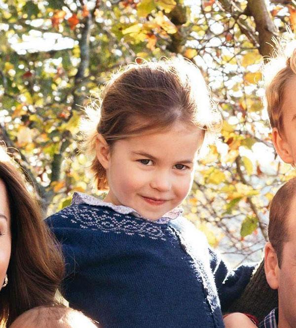 Công chúa Charlotte mặc lại áo len cũ của anh trai trong bức ảnh gia đình nhân dịp Giáng sinh.