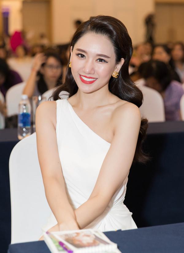 Hari Won từng có thời điểm béo mũm mĩm nhưng hiện tại cô kiểm soát cân nặng tốt, được nhiều người khen ngày càng xinh đẹp, quyến rũ.
