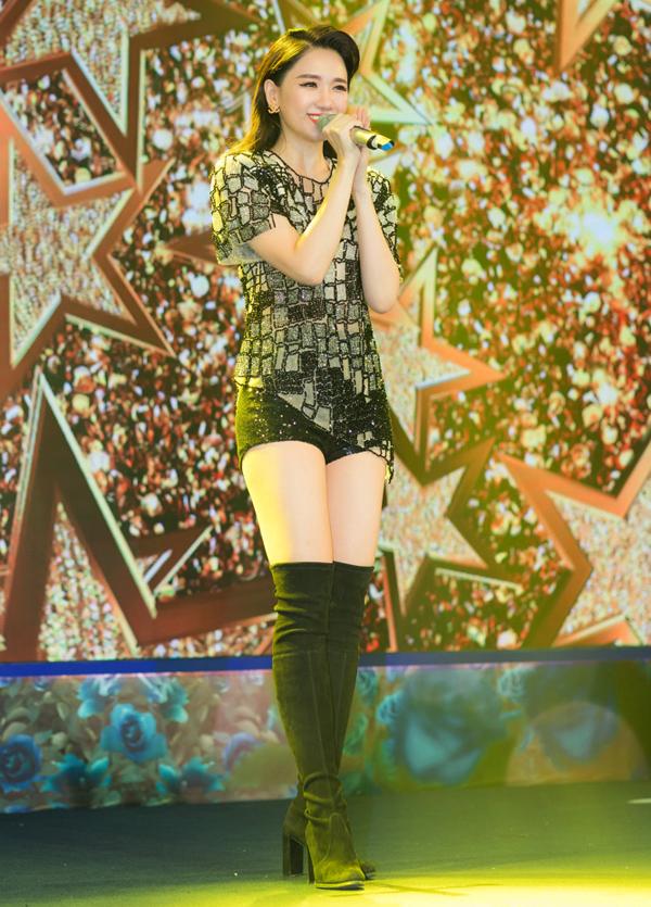 Nữ ca sĩ thay trang phục gọn gàng, biểu diễn một ca khúc trong sự kiện.