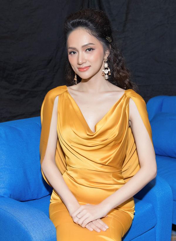 Hoa hậu Chuyển giới Hương Giang điệu đà với bộ cánh gam vàng. Cô cũng là một trong ba đại sứ trong Ngày hội làm đẹp.