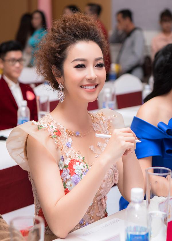 Tại event chiều qua, Hoa hậu chăm chú theo dõi từng thí sinh trình diễn trên sân khấu.