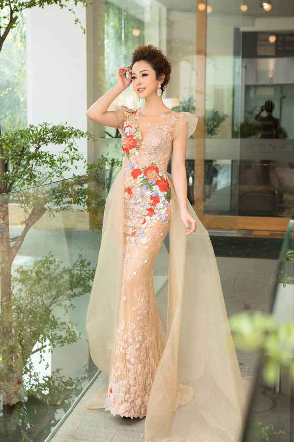 Chọn váy xuyên thấu đính hoa ren của nhà thiết kế Hoàng Hải, Jennifer rạng rỡ như nữ thần khi xuất hiện tại một cuộc thi sắc đẹp vào chiều 14/12 tại TP HCM. Cô được ban tổ chức mời làm giám khảo.