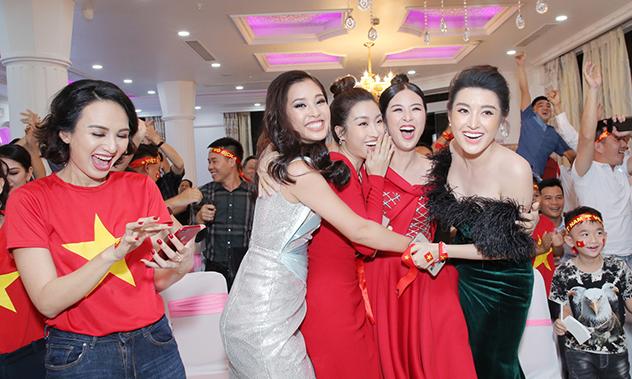 Dàn hoa hậu, á hậu ăn mừng Việt Nam vô địch AFF Cup