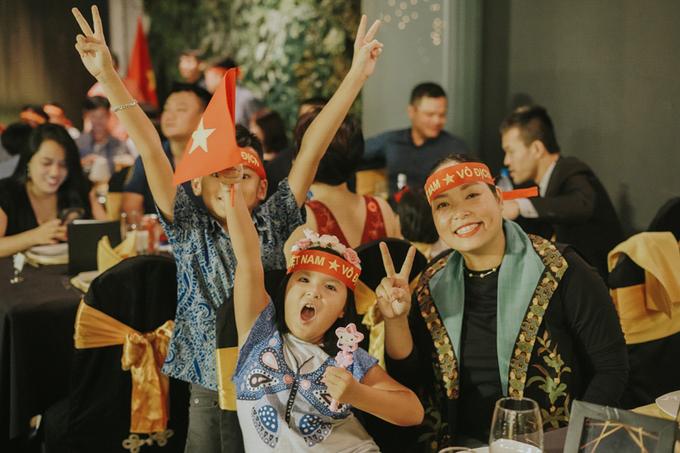 Đám cưới được \'nhuộm đỏ\' đúng ngày tuyển Việt Nam vô địch