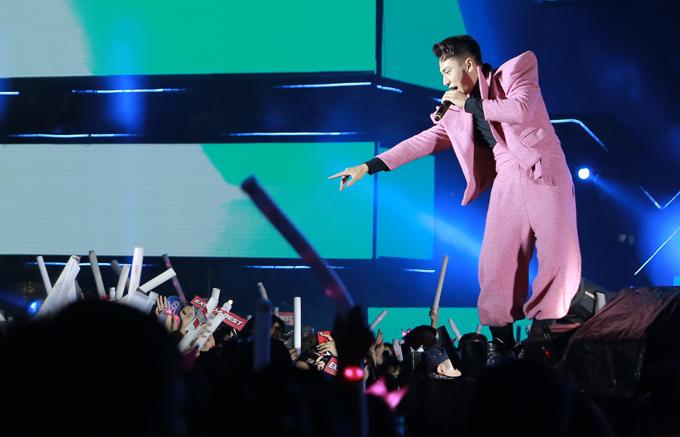 Isaac gây ấn tượng khi diện cây hồng ra sân khấu. Anh thể hiện các ca khúc được nhiều bạn trẻ yêu thích như Tắt đèn, Anh sẽ về sớm thôi, mashup Khi anh yêu em - Hai cô tiên.