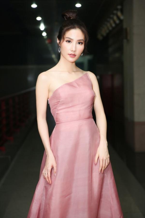 Diễm My khoe vai trần thon thả trong chiếc váy lệch vai tông hồng nhã nhặn của nhà thiết kế Trần Hùng.