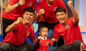 Cậu bé ung thư cười tươi khi được Quang Hải, Văn Hậu tặng chiến thắng