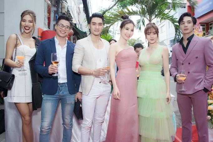 Người mẫu Lưu Đông (bìa trái) chọn vest hồng bảnh bao, hội ngộ Nam vương Lương Gia Huy (áo xanh) và người mẫu Đàm Quang Phúc (áo trắng).