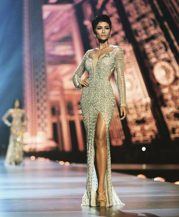Váy đính 3000 viên đá quý của HHen Niê tại chung kết Miss Universe
