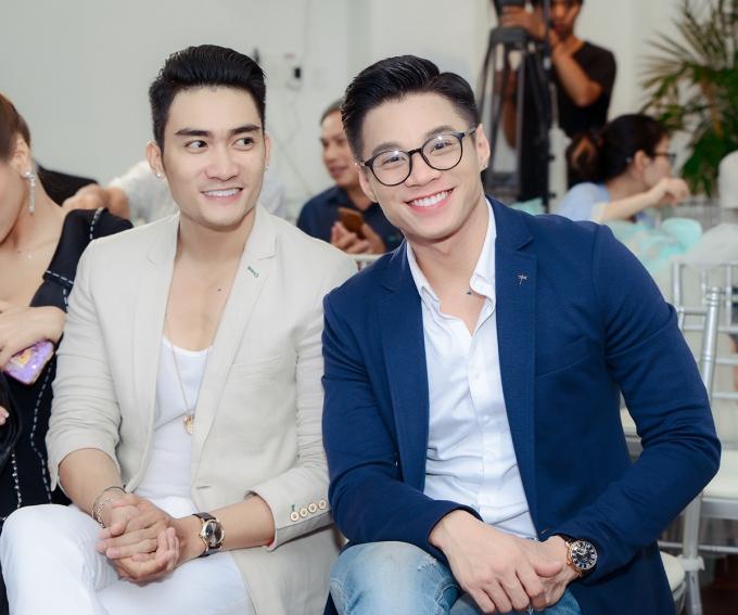 Lương Gia Huy (trái) - Đàm Quang Phúc khoe nụ cười cùng hàm răng trắng tại sự kiện.