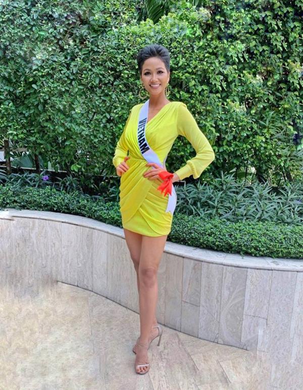 Bí kíp chọn váy ngắn khoe chân dài của HHen Niê tại Miss Universe - 3