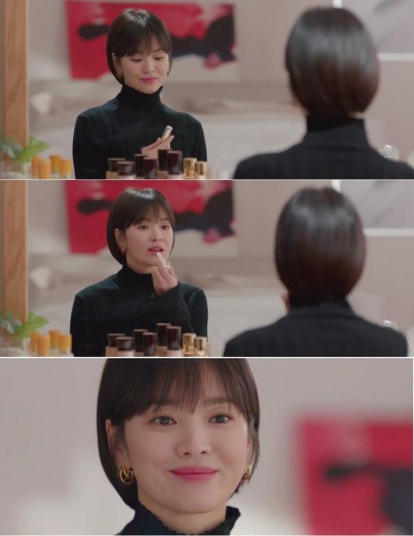Trong một phân cảnh ở tập 6, khán giả đã tinh ý phát hiện ra thỏi son mà Song Hye Kyo sử dụng.