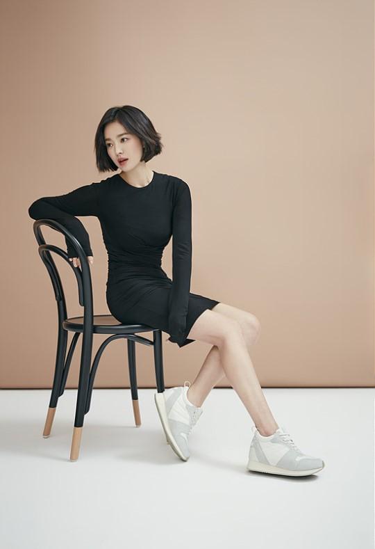 Song Hye Kyo làm mẫu quảng cáo cho một thương hiệu thời trang trẻ. Đây là lần hiếm hoi nữ diễn viên xuất hiện với những trang phục bó sát, giúp cô khoe hình thể. Kiểu tóc mới cũng giúp bà xã của Song Joong Ki thêm xinh vàduyên dáng. Đôi chân của mỹ nhân Hàn trong loạt ảnh quảng cáo rất thon thả, nuột nà.