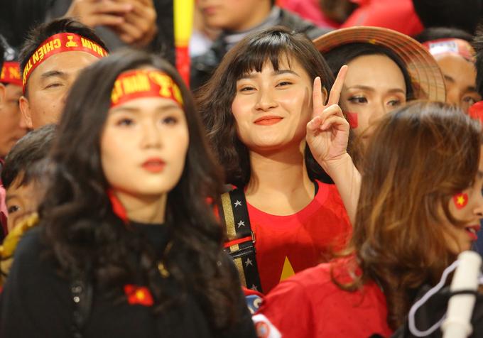 Vợ và bạn gái tuyển thủ Việt khoe sắc tại Mỹ Đình