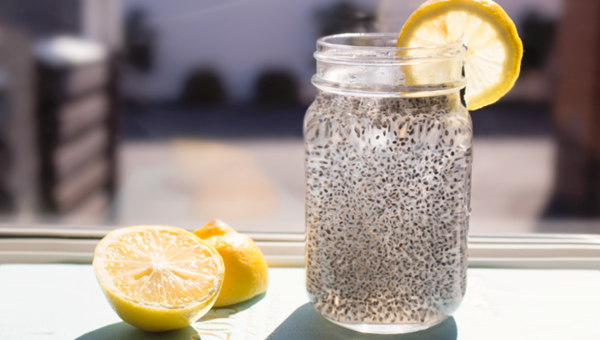 Uống nước chanh pha hạt chia vào buổi sáng hỗ trợ giảm cân hiệu quả.