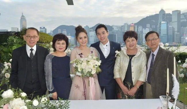 Cô dâu, chú rể cùng cha mẹ hai bên.