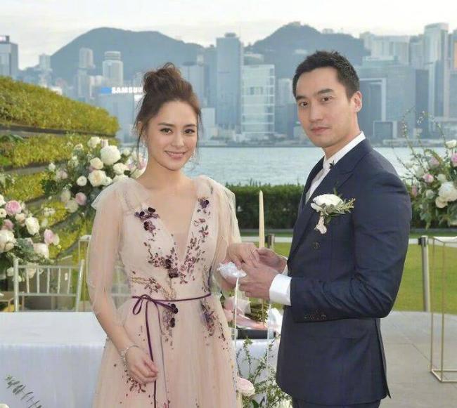 Ngày 18/12, Chung Hân Đồng và bác sĩ Lại Hoằng Quốc tổ chức đám cưới tại Hong Kong. Trước đó, cặp đôi đã tổ chức đăng ký kết hôn tại Mỹ trong sự chúc phúc của bạn bè. Lễ cưới lần thứ hai này, vợ chồng Hân Đồng mời gia đình hai bên và bạn bè thân thiết trong giới giải trí tham dự.