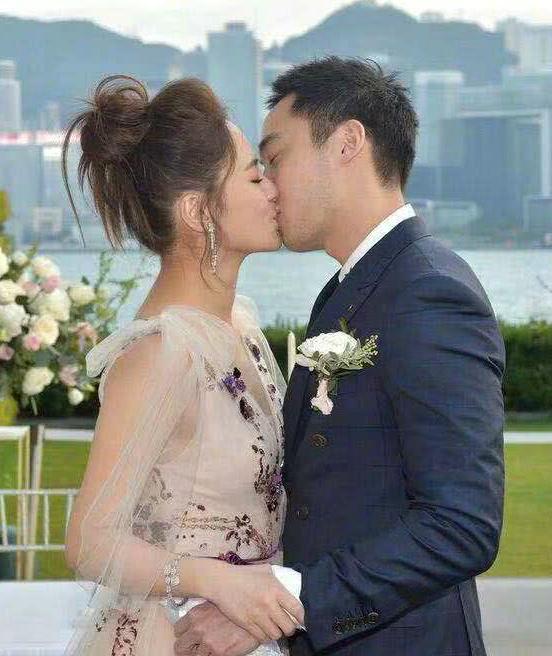 Cặp đôi trao nhau nụ hôn ngọt ngào trong ngày thành hôn.