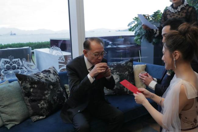 Trước đó, Hân Đồng và chồng thực hiện nghi lễ dâng trà cho tứ thân phụ mẫu. Ông Dương Thụ Thành sau khi nhận trà của đôi trẻ đã dặn dò chú rể phải yêu thương vợ, trân trọng vợ mãi mãi.