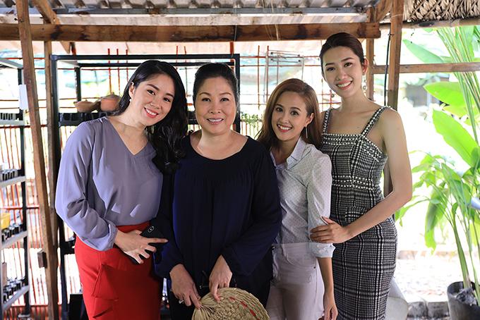 4 diễn viên chính của Gạo nếp gạo tẻ bao gồm Lê Phương, NSND Hồng Vân, Phương Hằng và Thúy Ngân (từ trái sang).