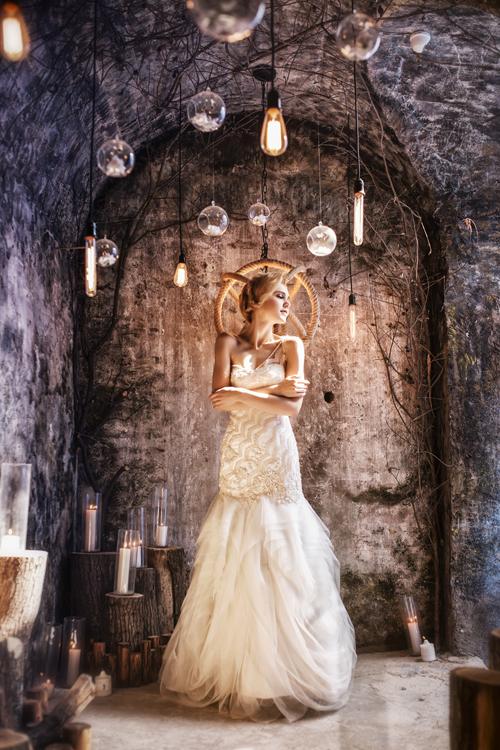 Thân váy được làm từ nhiều lớp vải tulle xếp nếp ngẫu hứng.