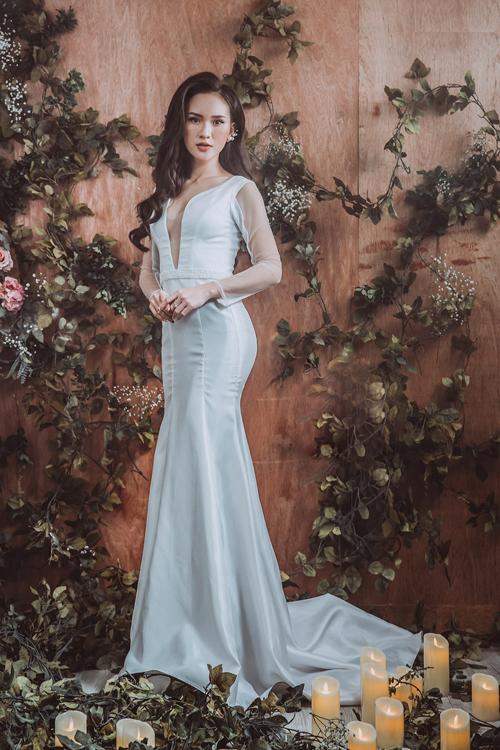 Váy tối giản đề cao sự tinh tế, sang trọng.